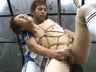 サッカー部員を拷問する