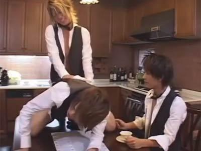 キッチンで乱交する男たち