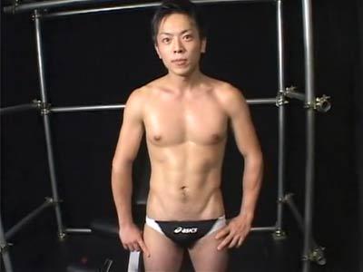 腹筋バキバキのスイミングコーチ