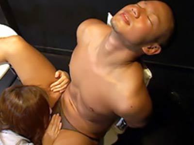 格闘家の男が無理やり拷問される