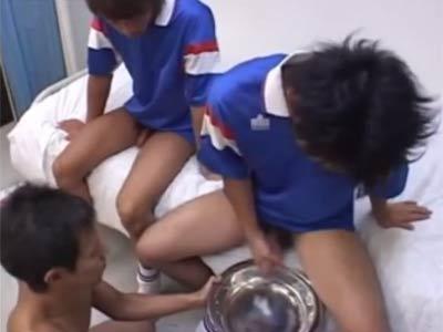 サッカー少年たちが、精子を絞り出される