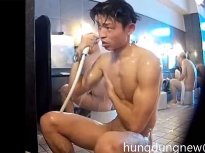 マッチョのイケメンが体を洗う